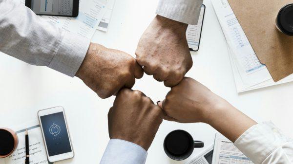 Gerações trabalhando juntas fortalecem ambiente corporativo