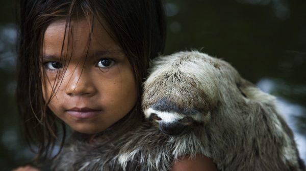 Araquém Alcântara comemora 50 anos de carreira - Menina do rio Negro e seu bicho de estimação - Manaus, 2010