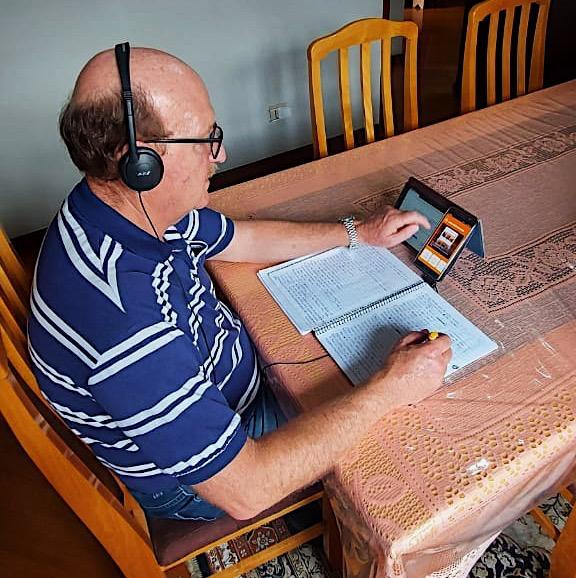 Lídio José aprende inglês em plataforma digital