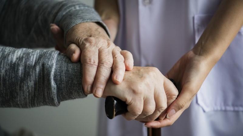 Cuidadores de idosos domiciliares - vacinação - Freepik